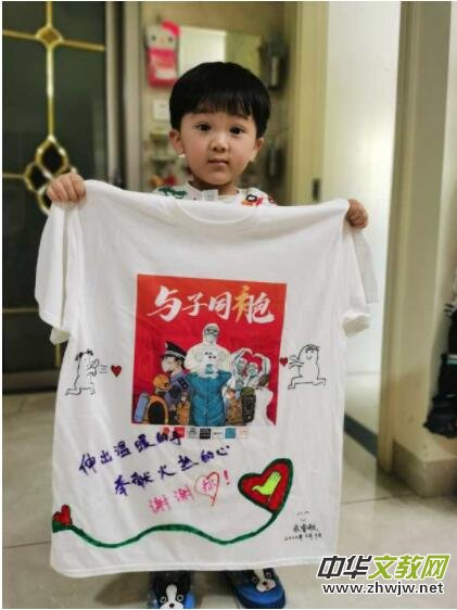 """武汉志愿者发起""""同袍计划"""" 上千件手绘战""""疫""""T恤送给援汉医疗队"""
